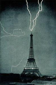 220px-Lightning_striking_the_Eiffel_Tower_-_NOAA