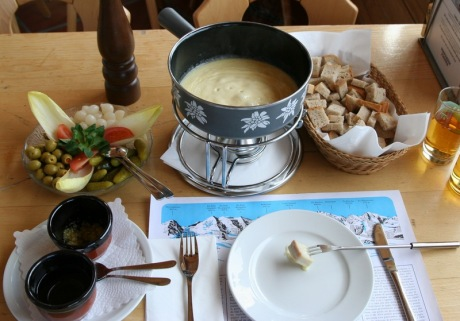Full_cheese_fondue_set_-_in_Switzerland